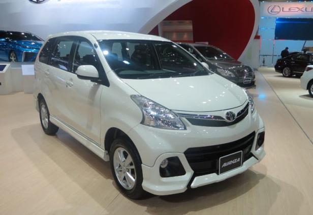 Gambar ini menunjukkan Toyota Avanza Tipe S warna putih dalam sebuah pameran