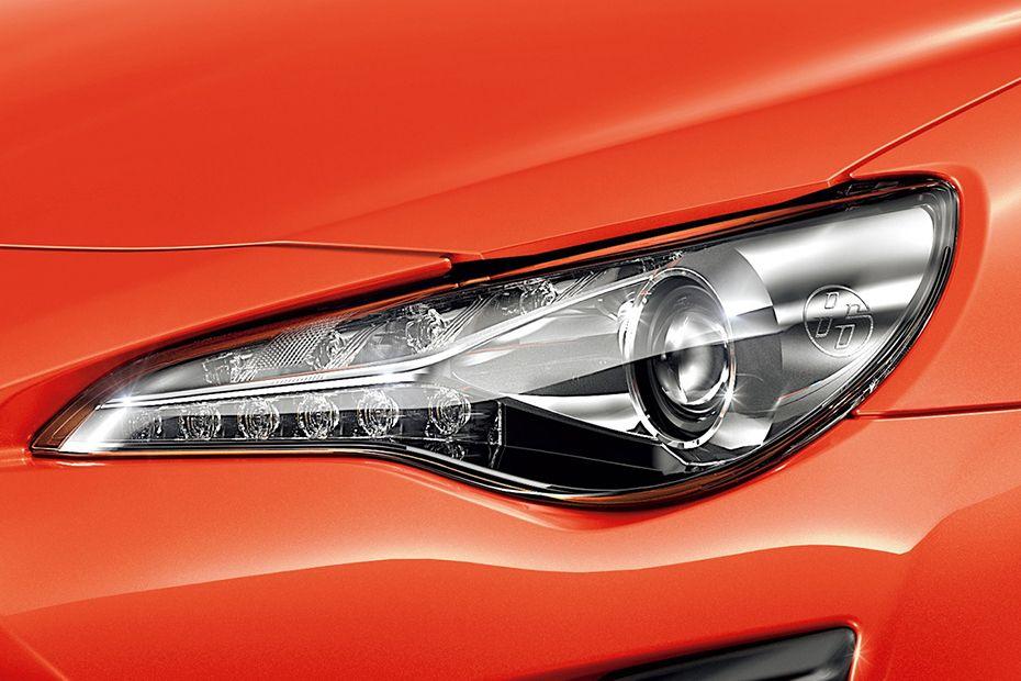 Lampu Dengan Projector di mobil Toyota 86 berwarna merah