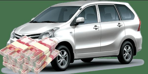 Gambar ini menunjukkan Mobil Toyota avanza dan tumpukan uang 100 ribuan