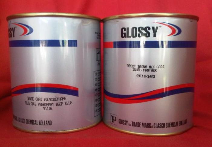 Gambar ini menunjukkan bahan dasar cat mobil merek glossy dengan jenis Poly Urethane