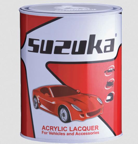 Gambar ini menunjukkan bahan dasar cat mobil merek Suzuka dengan jenis Lacquer