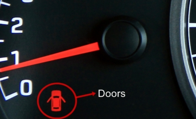 Gambar ini menunjukkan lampu indikator di bagian dashboard yang menunjukkan bahwa pintu sedang terbuka