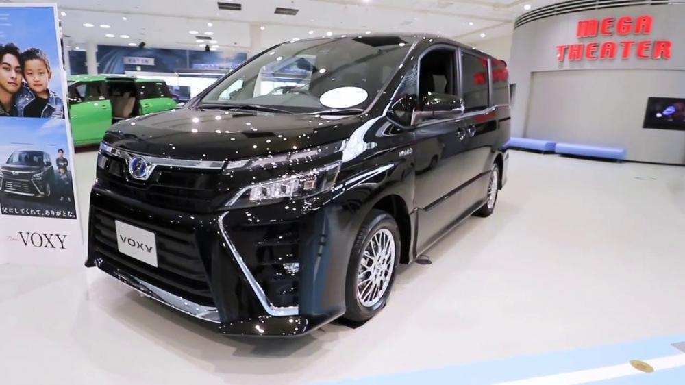 gambar Toyota Voxy warna hitam