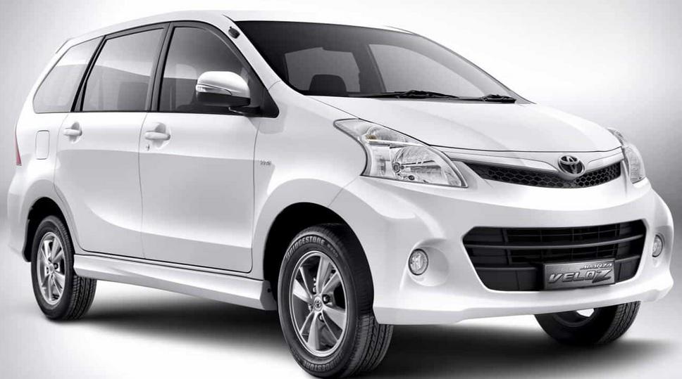 Gambar ini menunjukkan Mobil Toyota avanza Veloz warna putih tampak depan