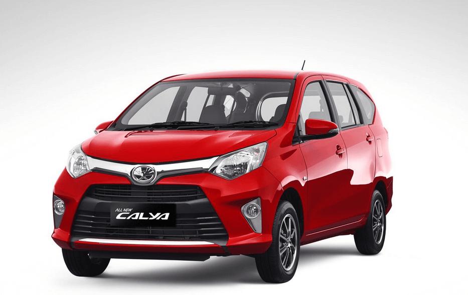 Gambar ini menunjukkan Mobil Toyota Calya warna merah tampak depan