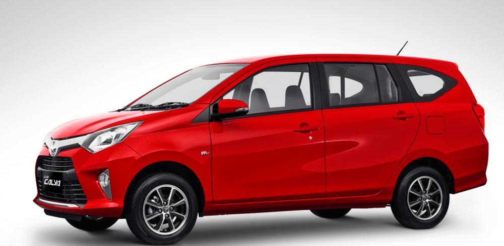 Gambar ini menunjukkan Mobil Toyota Calya warna merah tampak samping kanan dan depan