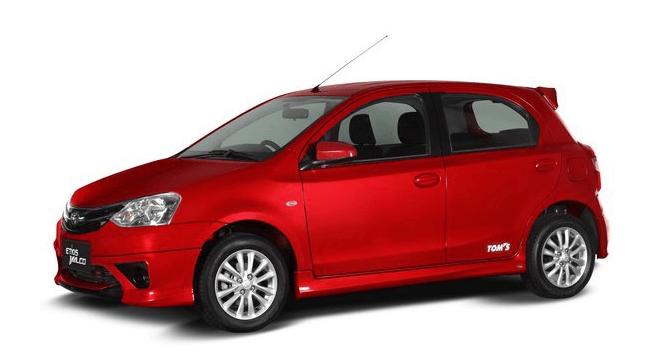 Gambar ini menunjukkan Mobil Toyota Etios Valco warna merah tampak samping kiri