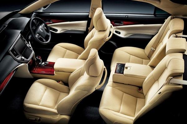 Gambar bagian kursi mobil Toyota Crown berwarna kuning