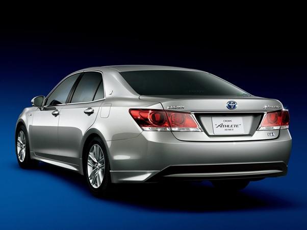 Toyota Crown Royal Dan Athlete berwarna silver dilihat dari sisi belakang
