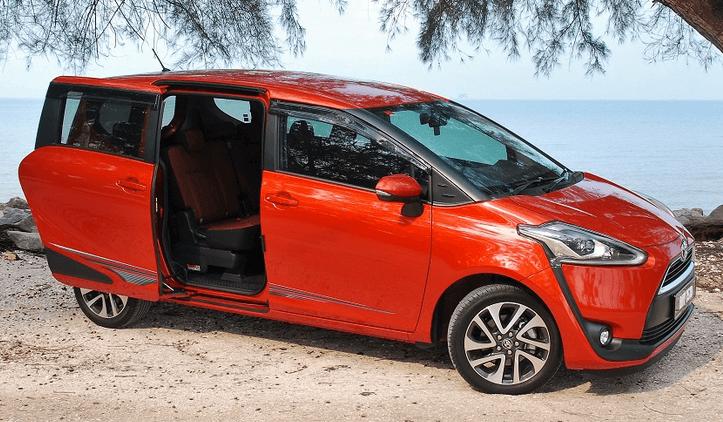 Gambar ini menunjukkan Mobil Toyota Sienta dengan pintu geser yang sedang terbuka berada di pinggir pantai