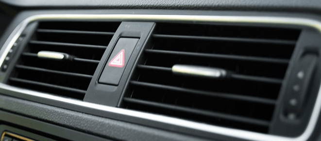 Gambar ini menunjukkan kisi-kisi AC Mobil dengan lis warna silver