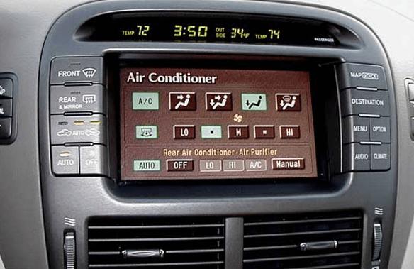 Gambar ini menunjukkan layar pada bagian dashboard Mobil dan terdapat banyak tombol di sampingnya