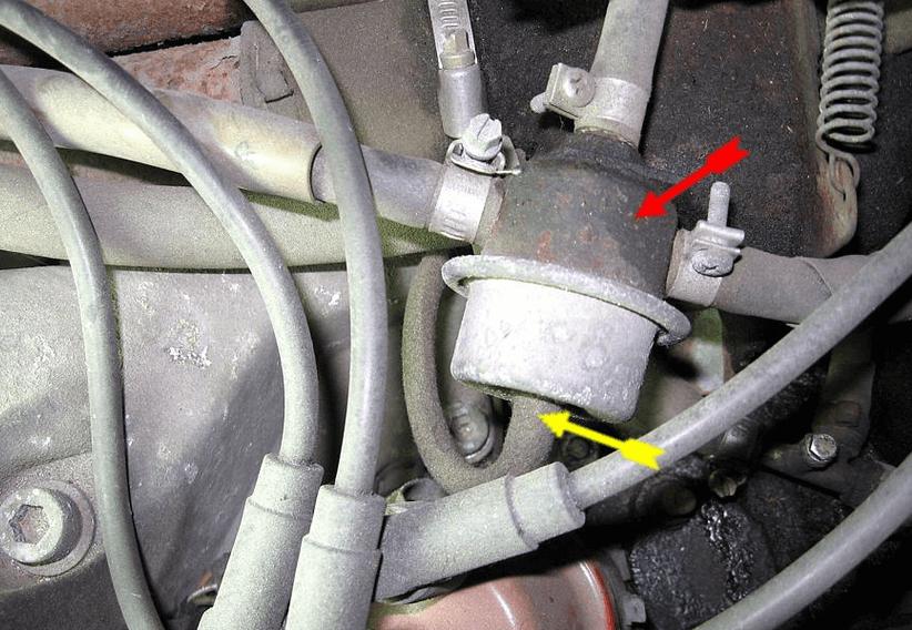 Gambar ini menunjukkan selang bahan bakar dan terlihat beberapa kabel