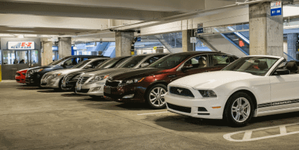 Gambar ini menunjukkan beberapa Mobil sedang parkir berjejer dengan berbagai merek dan model