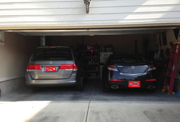 Gambar ini menunjukkan 2 buah Mobil sedang berada di dalam garasi rumah