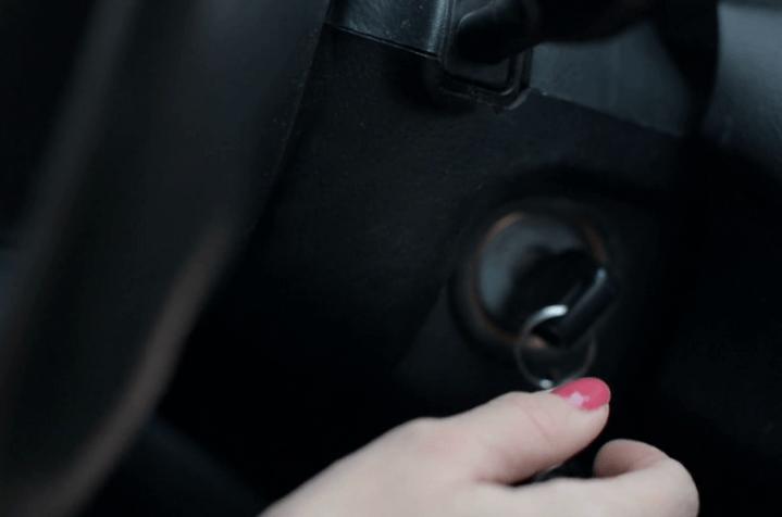 Gambar ini menunjukkan sebuah tangan sedang mencoba memegang Kunci Mobil