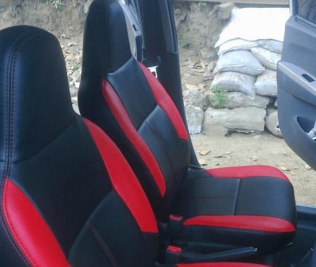 Gambar ini menunjukkan Jok Mobil dengan kain warna hitam dan Merah pada kursi pengemudi