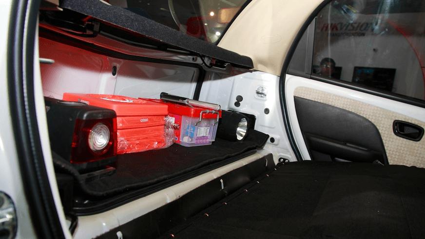 Gambar ini menunjukkan beberapa kotang diletakkan di dalam Mobil