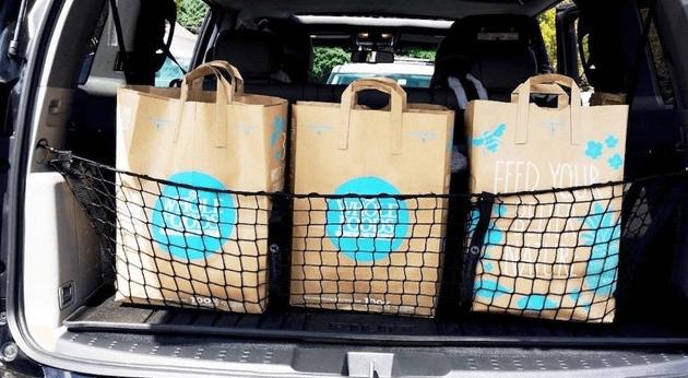 Gambar ini menunjukkan beberapa barang di bagasi Mobil dan diberi jaring
