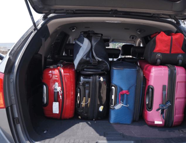 Gambar ini menunjukkan beberapa koper dan tas serta barang lainnya berada dalam bagasi Mobil