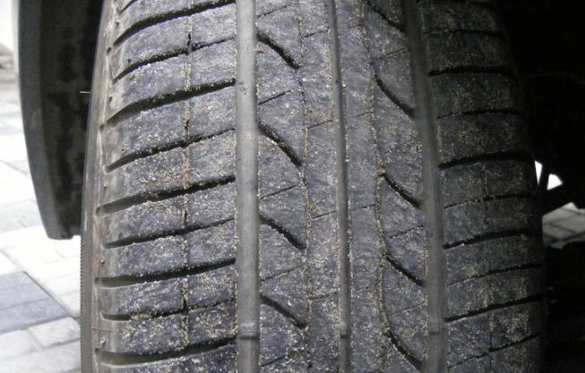 Gambar ini menunjukkan ban pada Mobil dalam keadaan kotor
