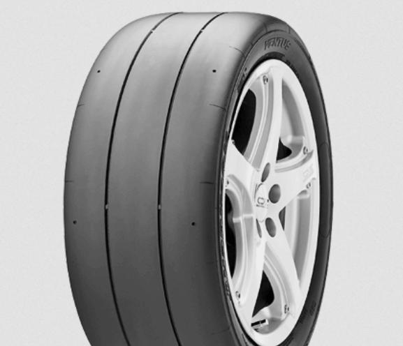 Gambar ini menunjukkan ban mobil model slick dengan velg warna putih