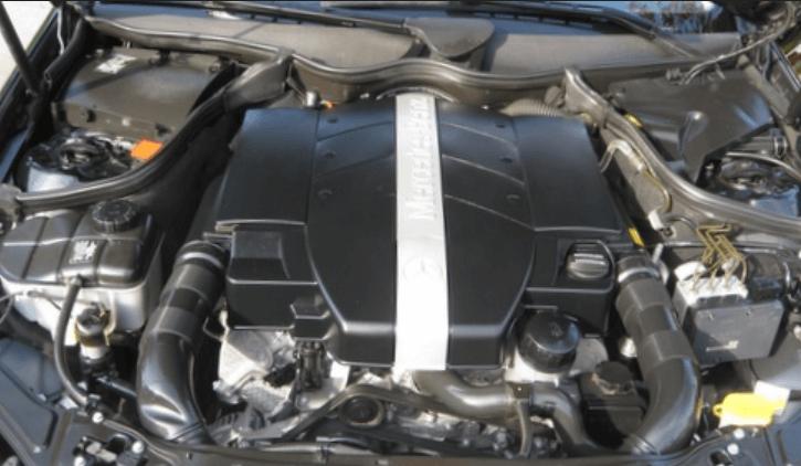 Gambar ini menunjukkan mesin Mobil dengan beberapa komponen di dalamnya