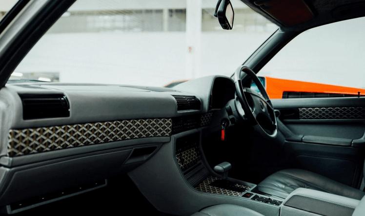 Gambar ini menunjukkan interior Mobil bagian depan dan terlihat kemudi Mobil dan juga dashboard