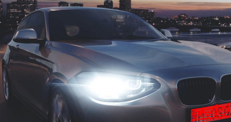 Gambar ini menunjukkan sebuah Mobil dengan lampu utama yang menyala