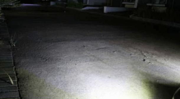 Gambar ini menunjukkan sebuah jalan yang disinari lampu fog lamp Mobil