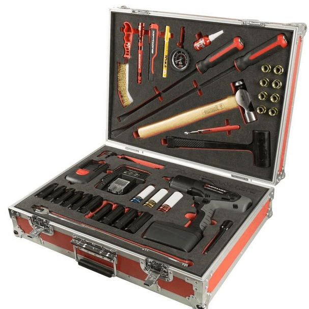 Gambar ini menunjukan sebuah kotak dengan berbagai perkakas untuk berbagai keperluan