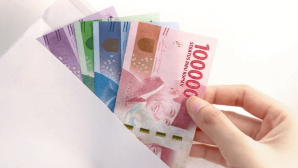 Gambar ini menunjukkan sebuah tangan menarik beberapa uang dari amplop
