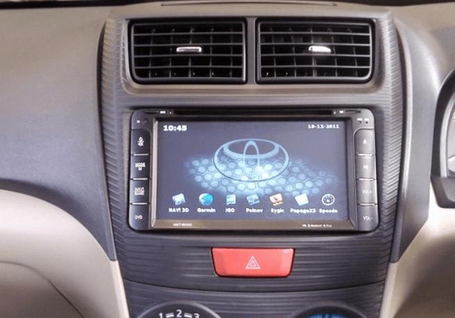 Gambar ini menunjukkan head unit Toyota Avanza dan terlihat kisi-kisi AC di atasnya