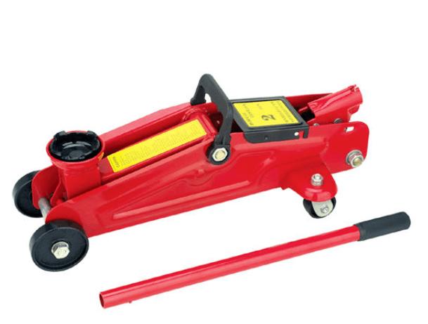 Gambar ini menunjukkan dongkrak model buaya warna merah dengan tongkat untuk pengoperasiannya