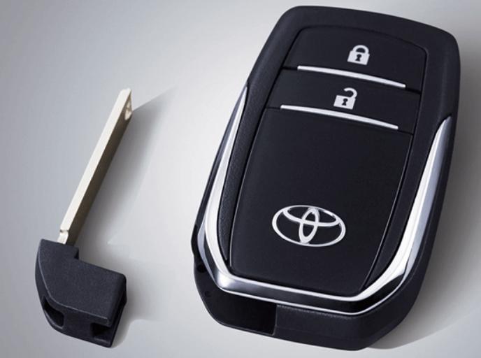 Gambar ini menunjukkan Smart key atau kunci pintar Toyota dengan anak kunci cadangan di sampingnya