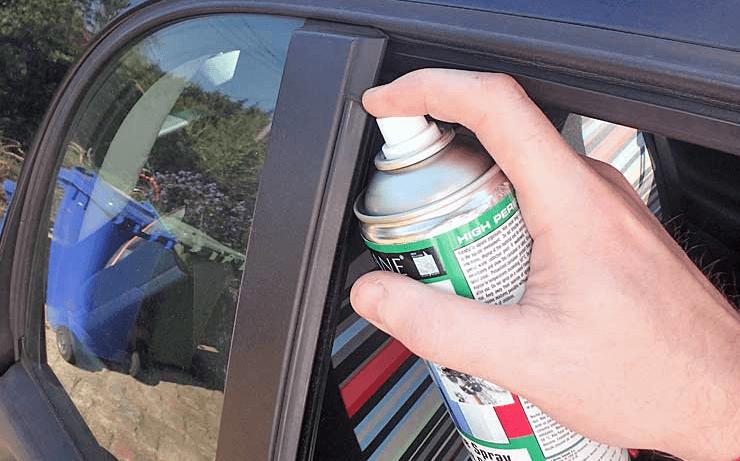 Gambar ini menunjukkan sesorang memegang silicon spray disemprotkan pada karet kaca mobil