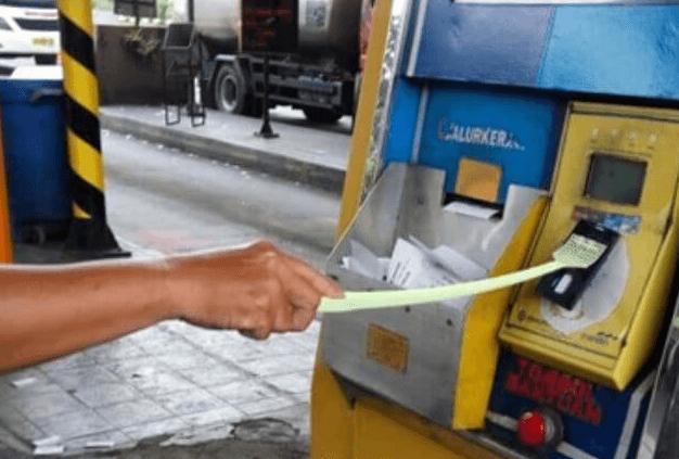 Gambar ini menunjukkan sebuah tangan memegang tongkat untuk menempelkan kartu E-toll