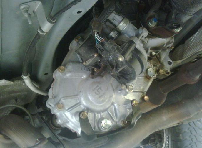 Gambar ini menunjukkan actuator 4WD pada Mobil toyota dan terlihat beberapa bagian di bawah kendaraan
