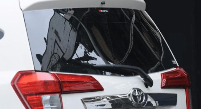Gambar ini menunjukkan bagian belakang Toyota Calya dan terlihat lampu belakang serta wiper belakang