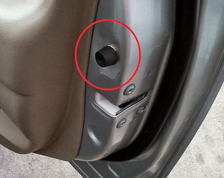 Gambar ini menunjukkan sebuah karet yang terdapat pada pintu mobil