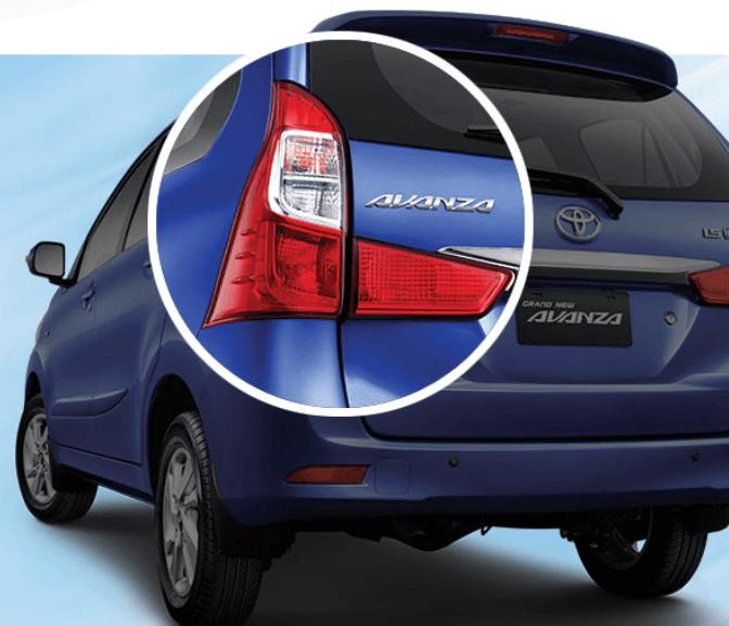 Gambar ini menunjukkan mobil Toyota Avanza warna biru dengan bagian lampu belakang sebelah kiri dilingkari