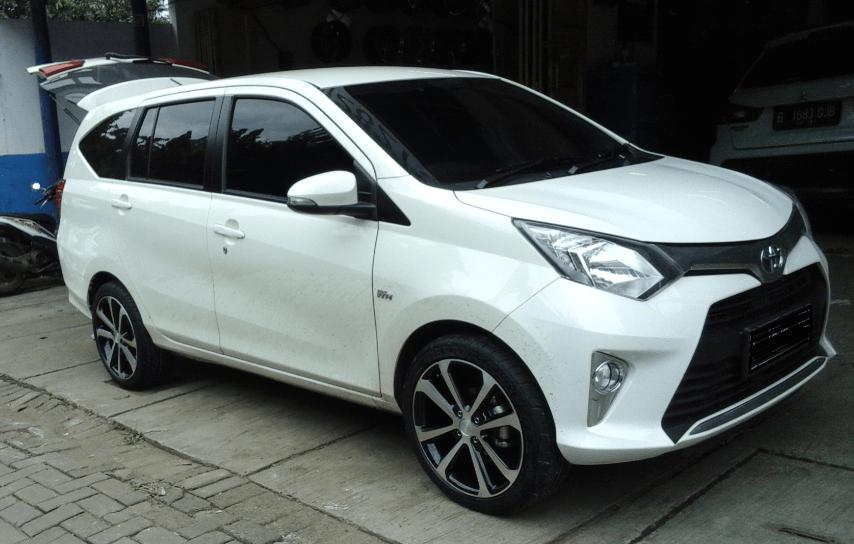 Gambar ini menunjukkan Mobil Toyota Calya warna putih tampak samping depan dan kanan