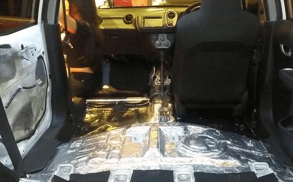 Gambar ini menunjukkan bagian kabin mobil Toyota Agya yang dipasang peredam pada bagian lantainya