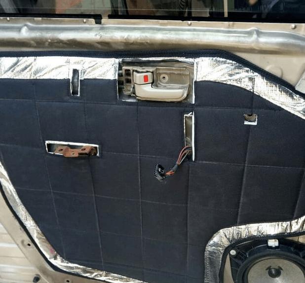 Gambar ini menunjukkan pintu bagian dalam Toyota Agya yang dipasangi peredam