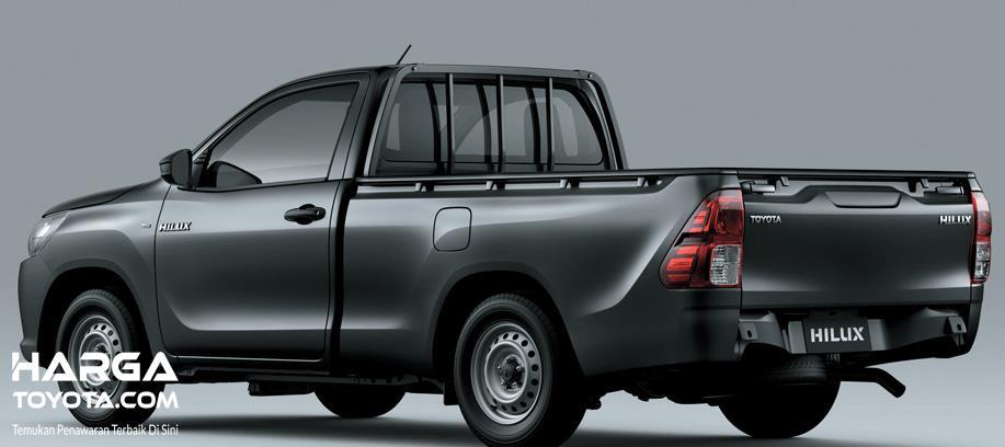 Gambar ni menunjukkan Toyota Hilux warna silver tapak  bagian samping dan belakang