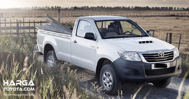 Gambar ini menunjukkan mobil Toyota Hilux warna putih tampak bagian depan