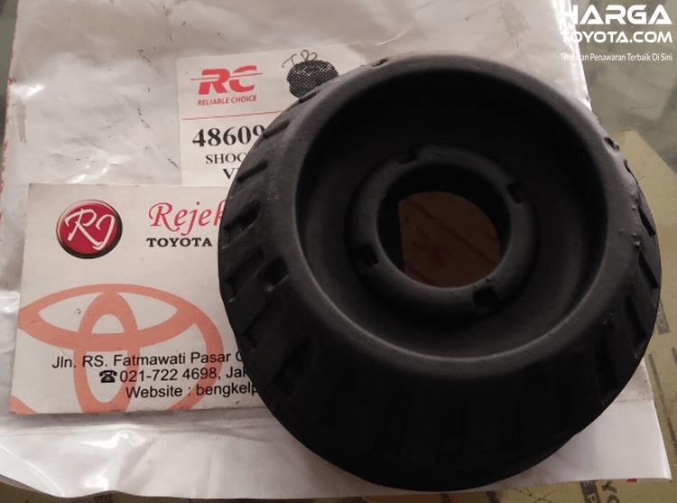 Gambar ini menunjukkan karet support Toyota Yaris dalam kondisi baru
