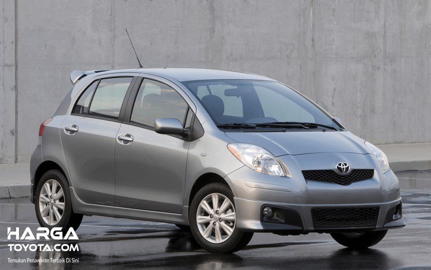 Gambar ini menunjukkan Toyota Yaris keluaran tahun 2010 warna silver