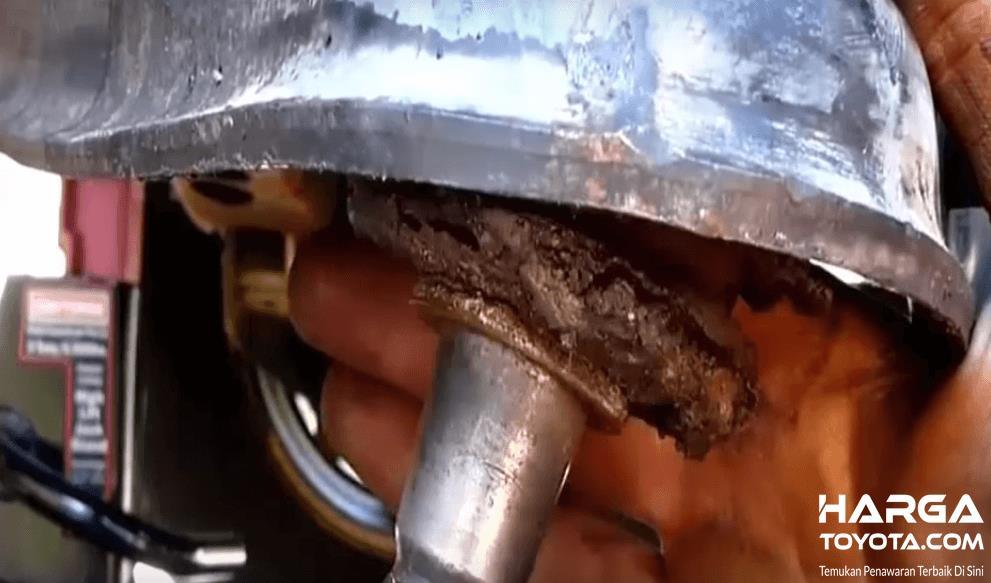Gambar ini menunjukkan ball joint yang sudah aus dan perlu dilakukan penggantian