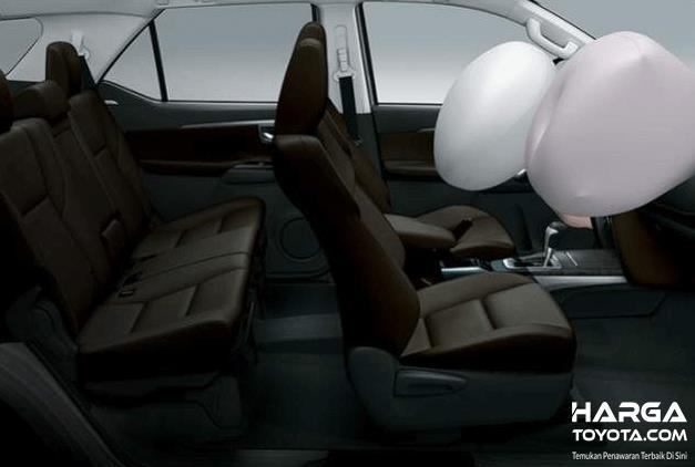 Gambar ini menunjukkan interior Toyota Fortuner dengan airbag depan mengembang